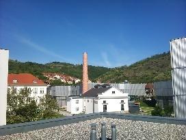 výhľad z terasy pri konferenčnej sále: časť kampusu a okrej Kremsu v pozadí
